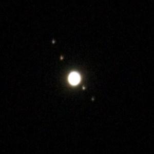 木星とそのガリレオ衛星(左上からエウロパ、イオ、木星、ガニメデ、カリスト)
