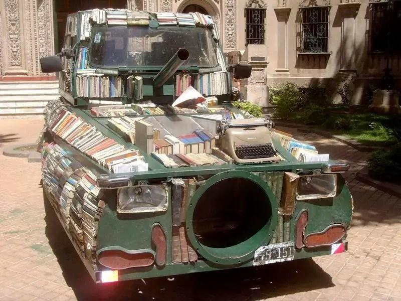 محل كتب على أربعة عجلات