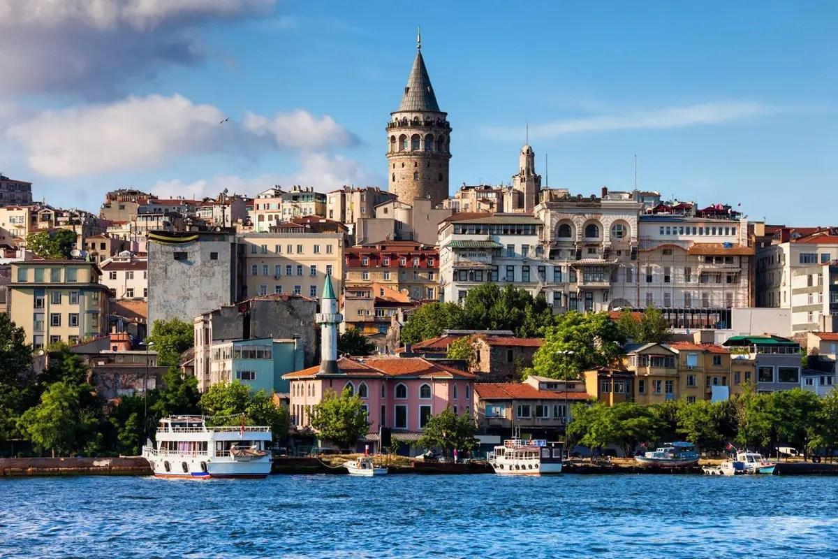 يوفر برج (غلاطة) إطلالات بانورامية على حي (كاراكوي) في اسطنبول.