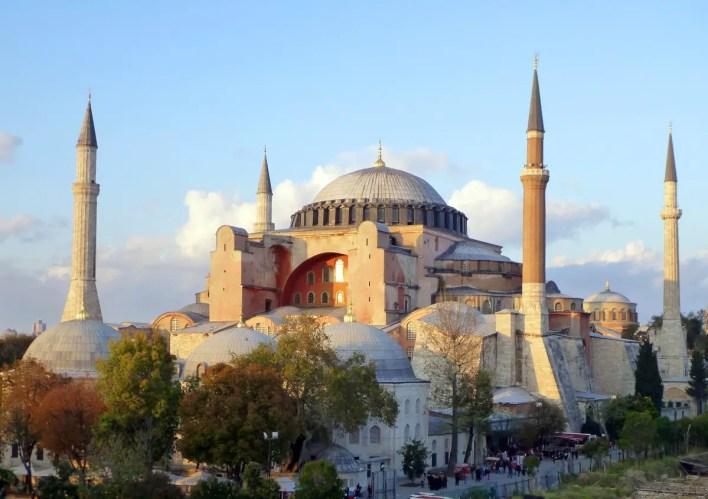تم بناء آيا صوفيا بشكل رسمي ككنيسة بين 532 و537 ميلادي.