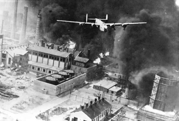 إحدى قاذفات القنابل (بي-24) تحلق فوق (بلويشت).