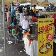 05 Di luar GOR tersedia berbagai minuman dan makanan, termasuk Kebab Turki