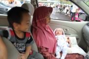 10 Guru Matematika Nalaria di PM (Usth. Lathifah Musa) ikut mengantar santri peserta lomba. Bersama dua bayinya (Muhammad dan Maryam) menunggu di mobil