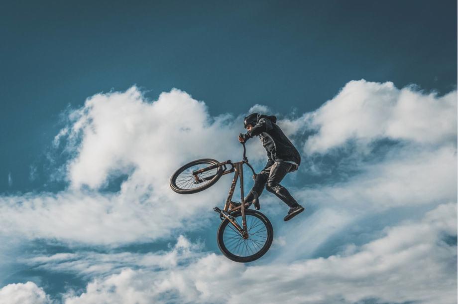 自転車で挑戦する人