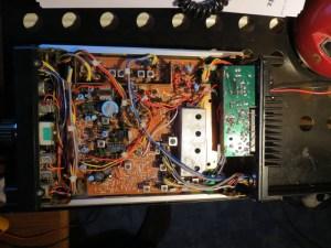 FDK Multi 725X mit geöffneter Unterseite. Rechts erkennt man die HF Platine für RF TX und RX.