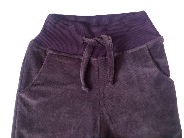 calça infantil em plush roxa, com punho e cordão na cintura para regulagem