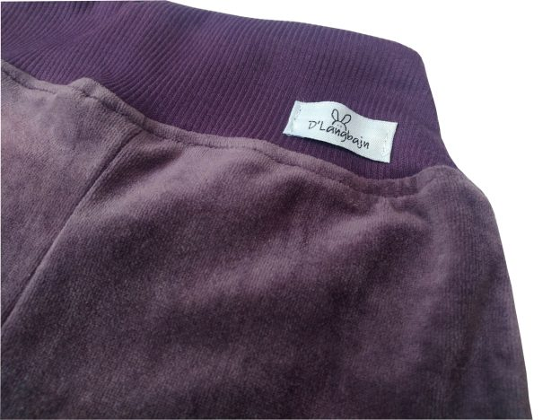 close de cós de calça infantil em plush roxa, com punho e cordão na cintura para regulagem