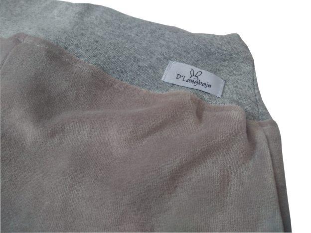 close de cós de calça infantil em plush cinza, com punho e cordão na cintura para regulagem