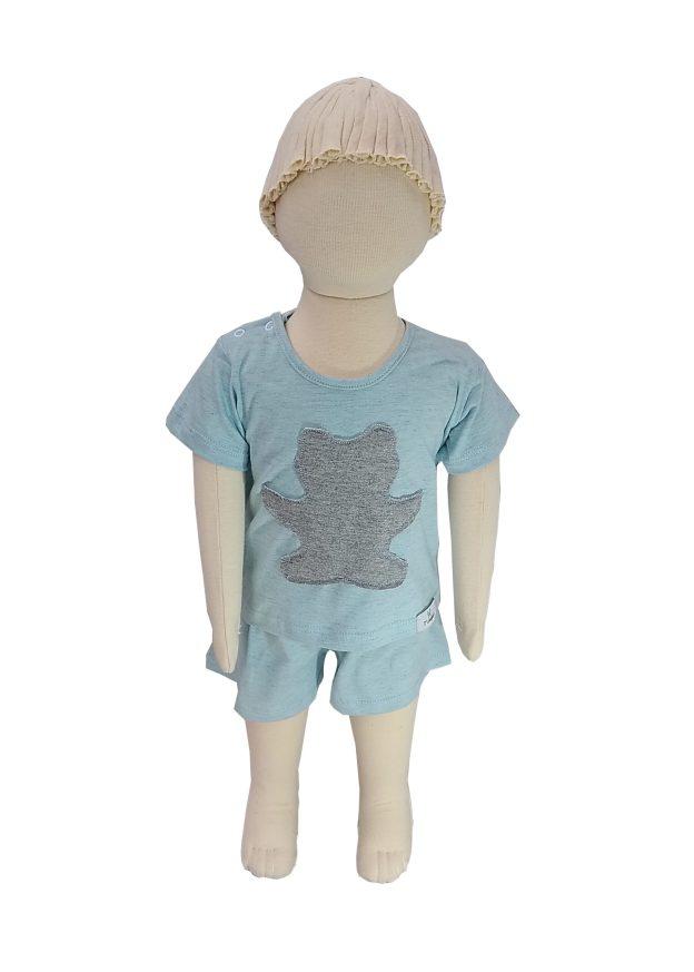 manequim vestindo pijama bebê shorts e camiseta mescla azul e cinza com aplicação sombra em forma de urso cinza