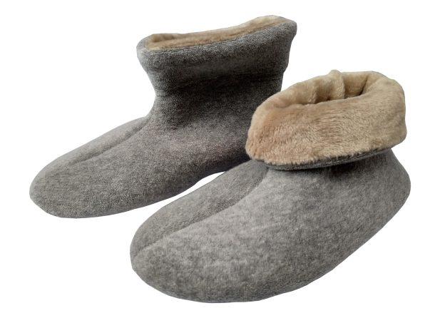 pantufa botinha cinza umpé com cano dobrado e parte interna bege e outro pé com cano interno