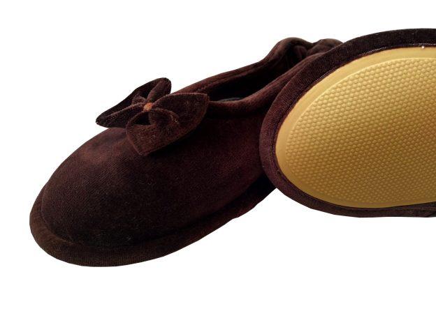 pantufa sapatilha marrom com lacinho e sola antiderrapante