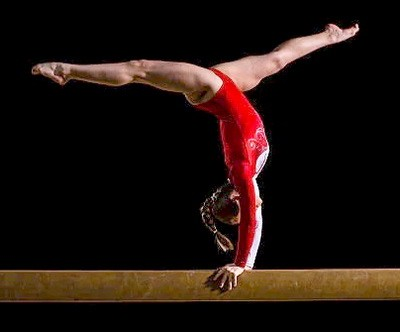 Гимнастическое бревно. Виды и конструкция. Упражнения