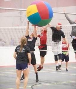 Gigantskii voleibol igra rukami