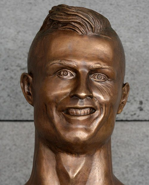 Apra la posta: Ospitato dal busto bronzeo glorioso di Ronaldo croccante