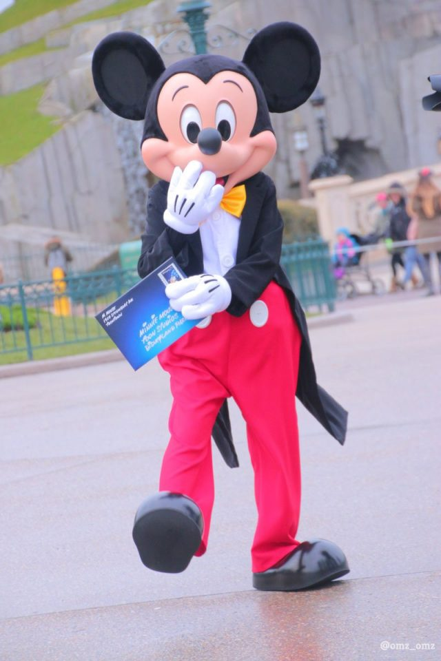 New-look Mickey Mouse face at Disneyland Paris (@omz_omz)