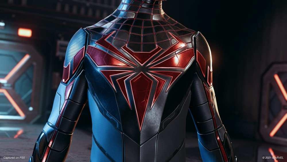 La parte delantera del traje de tecnología avanzada en Spider-Man Mile Morales