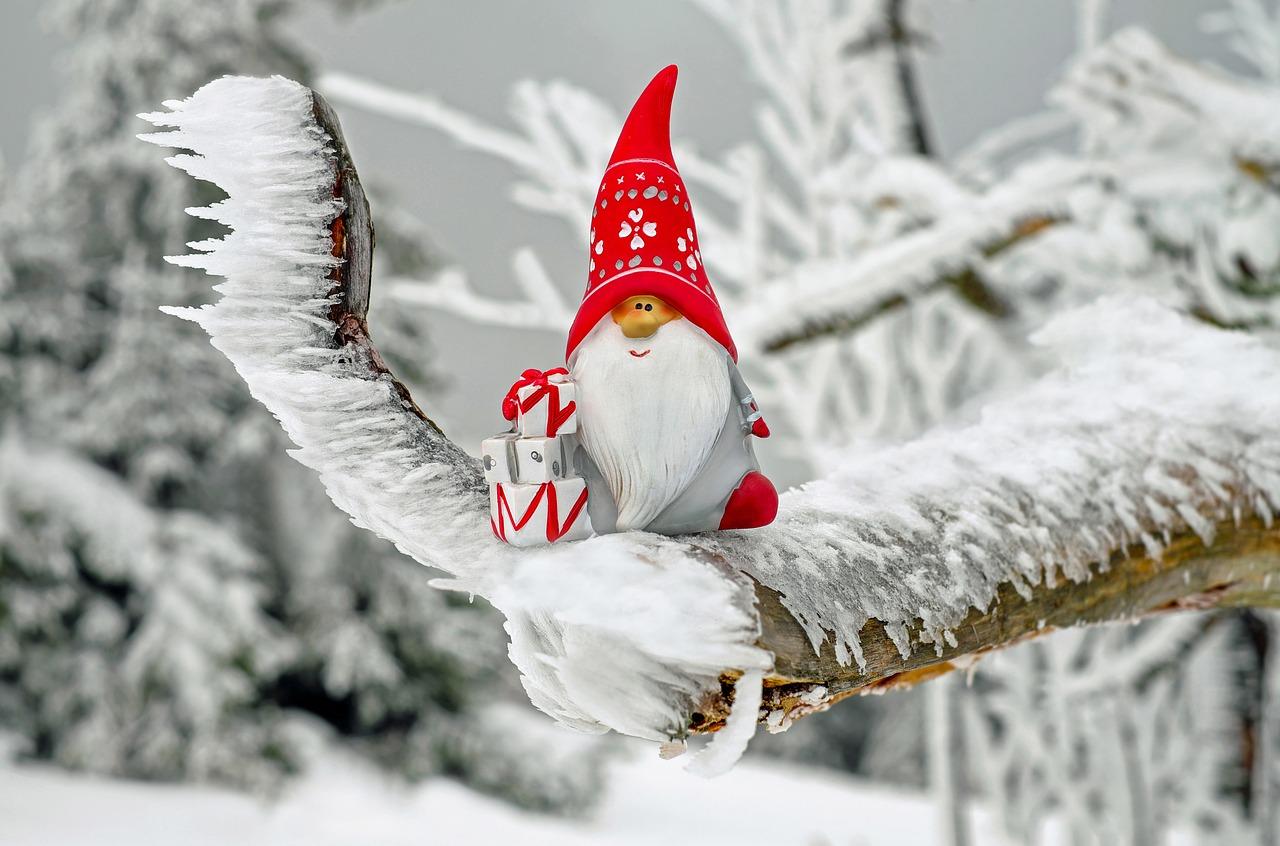mikołaj z prezentami w zimowej scenerii