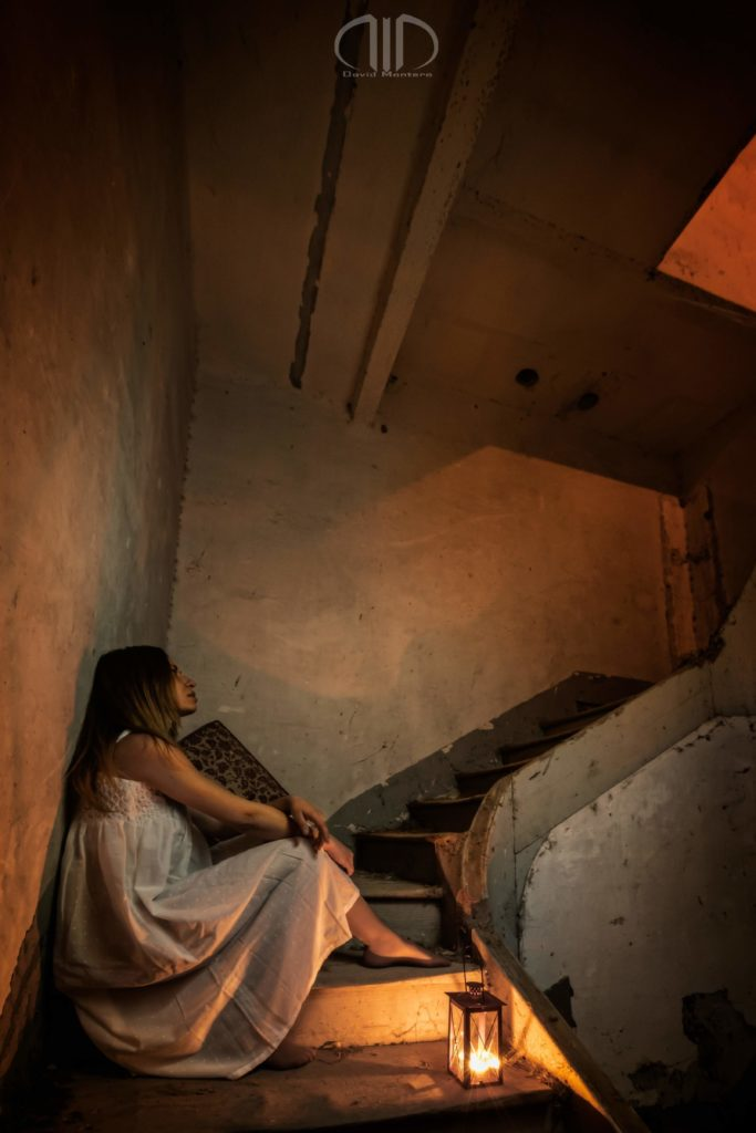 Sola en la Oscuridad fotografía David Montero