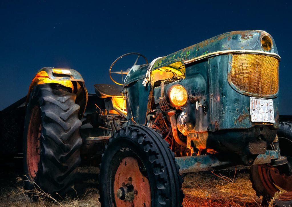 Un viejo tractor iluminado en la noche - lightpainting fotografía nocturna