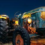 Cultivando luz – Iluminando un viejo tractor