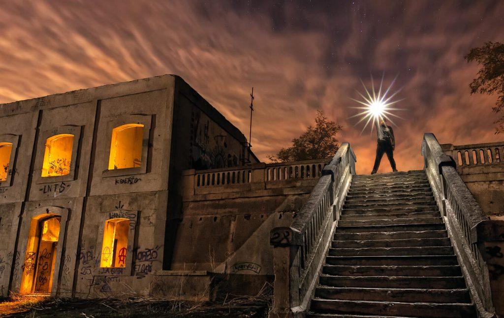 Apeadero abandonado iluminado. Fotografía nocturna