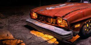 Antiguo Ford Capri abandonado, iluminado en la noche. Foto nocturna de larga exposición.