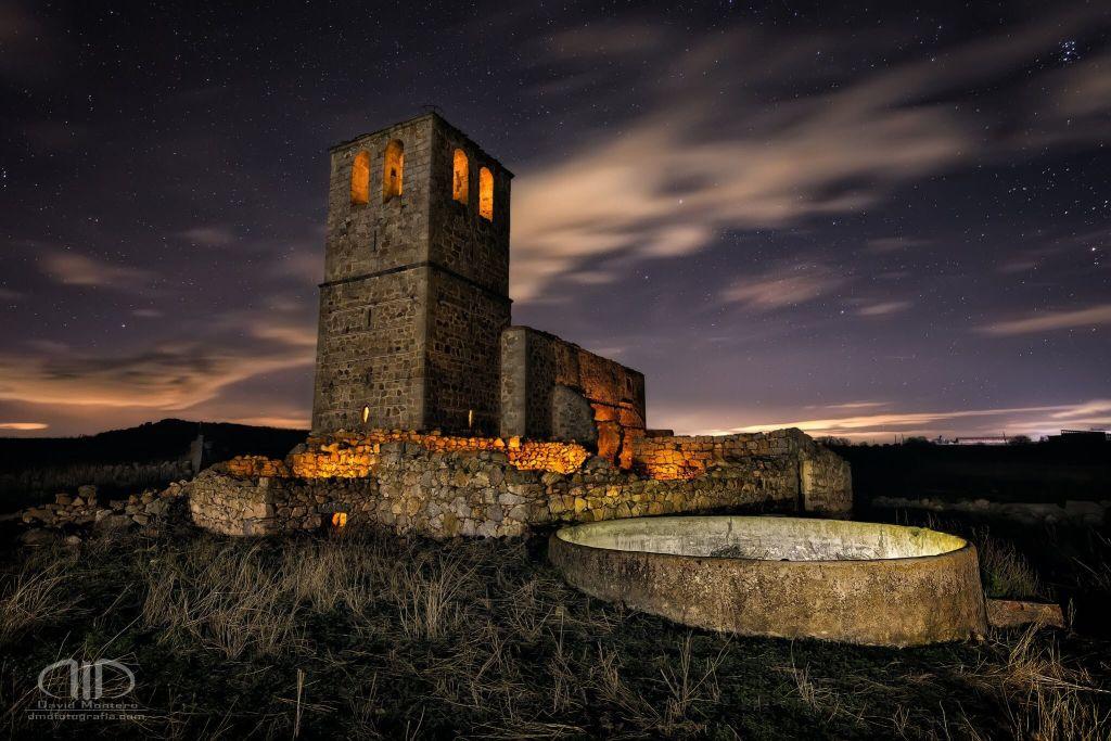 Fotografía nocturna. Iglesia nocturna en ruinas iluminada