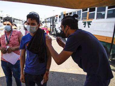 La ciudad de Tijuana arrancó el 17 de junio con una campaña de vacunación masiva con las vacunas Johnson & Johnson donadas por el gobierno de Estados Unidos, con miras a reabrir la frontera terrestre. Para acelerar la vacunación, las empresas transportan en camión a los empleados que quieran vacunarse y los llevan a recibir la dosis única contra covid-19.