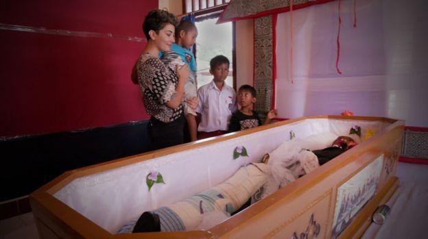 মারা যাওয়ার অনেক বছর পর শেষকৃত্য হয় ইন্দোনেশিয়ার তোরাজন এলাকায়