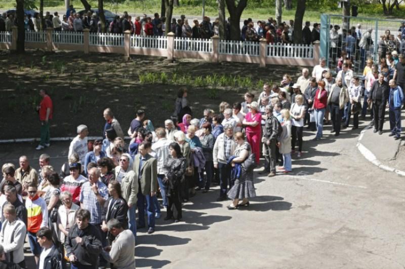 """Черга на """"референдум"""" """"ДНР"""" у Маріуполі 11 травня 2014 року"""