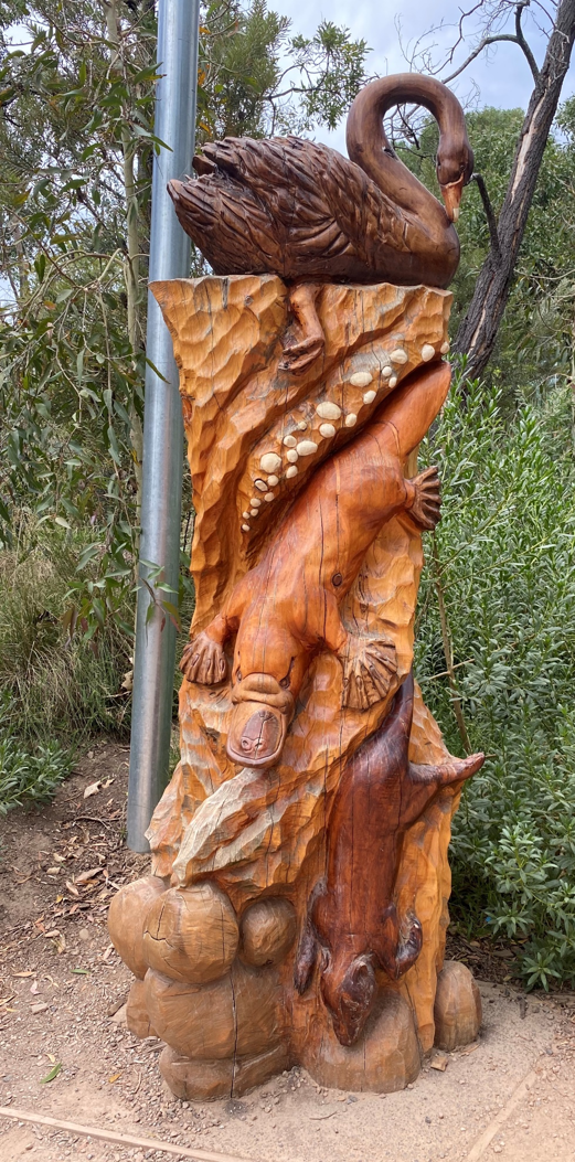 Australia Melbourne Healesville swan carving.png