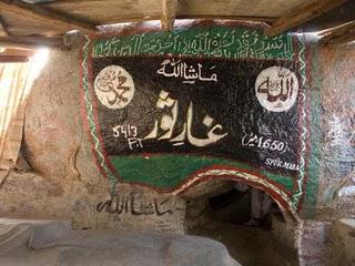 Jabal Tsur : tempat yang dijadikan perlindungan Rasulullah dan sahabatnya, Abu Bakar bersembunyi dari kejaran kaum kafir Quraiys
