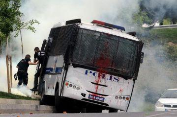 647230-des-policiers-anti-emeutes-sautent-de-leur-bus-qui-vient-d-etre-attaque-par-des-manifestants-le-23-m