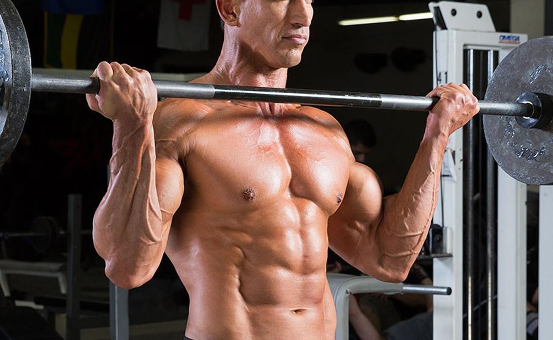 Придерживаемся базы К черту изолирующие упражнения — они лишь приправка к основному блюду. Сосредотачиваясь на последовательных нагрузках на бицепс, трицепс, квадрицепс и что там еще есть, вы не даете организму самого главного: планомерной, равной нагрузки всех мышц тела. Делайте побольше базовых упражнений, а изолирующие оставляйте на самый конец тренировки, в качестве развлечения. Приседания со штангой, жим лежа, жим штанги стоя, становая тяга, мертвая тяга, бицепс — вот примерно так должна выглядеть каждая вторая тренировка человека, решившего как можно скорее прийти в хорошую форму.