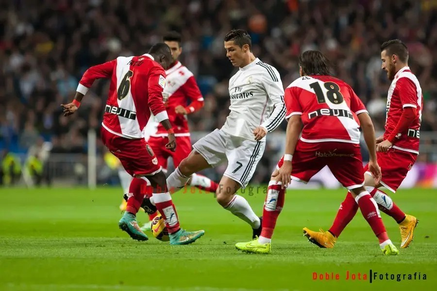 Cristiano Ronaldo, regateando a varios jugadores