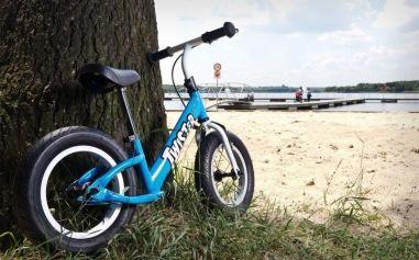 Rowerek biegowy w całej okazałości. Brak pedałów i łańcucha pozwala dziecku skupić się na tym co ważne. Zdj. Twister marki Toyz, www.toyz.pl