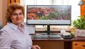 Na zdjęciu Zoja Żak przy monitorze komputera
