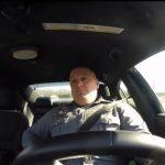 Policjant śpiewający piosenkę Taylor Swift