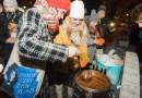 """Akcja """"Zupa na Placu""""- ciepły posiłek i dobre słowo dla bezdomnych"""