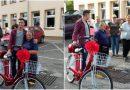 Mieszkańcy kupili swojej listonoszce nowy rower