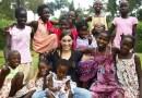 W wieku 23 lat adoptowała 13 dzieci z Ugandy
