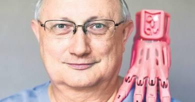 Polski lekarz anestezjolog z Krakowa, który drukuje ręce dla dzieci na drukarce 3D