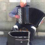 Niesamowity Muzyk na rynku w Krakowie. Na harmonii gra Bacha