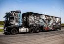 """Do stuningowanego ciągnika Volvo promującego projekt """"Wolni 2018"""" po kilku miesiącach dołączyła naczepa. W ten sposób firma Tom-Tech, do której należy zestaw, chce uczcić 100-lecie odzyskania przez Polskę niepodległości."""