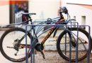 Stojaki na rowery z przetopionych starych pieców staną przed szkołami w Krakowie