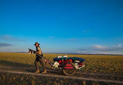 Niesamowity wyczyn Polaka! Jako pierwszy człowiek w historii samotnie przeszedł pustynię Gobi