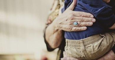Dziadkowie, którzy opiekują się wnukami, żyją dłużej