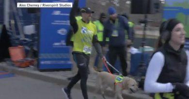 Niewidomy maratończyk po raz pierwszy w historii dobiegł do mety bez pomocy człowieka – pomogły mu psy