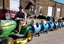 80-latek buduje kolejkę dla bezpańskich psów i zabiera je na wesołe przejażdżki