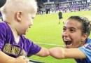 Zdjęcie piłkarki i rocznego chłopca, którzy dzielą tę samą cechę, podbija internet